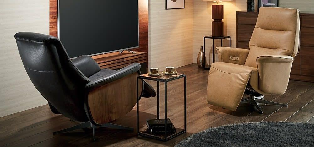 背もたれとフット部分が別々に調節できる電動リクライニングソファ。