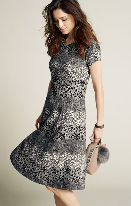 <span class=fb>グリッターブラックにおすすめ</span><br />シックなスタイルには落ち着いた色味を合わせて憧れられる大人の女性に