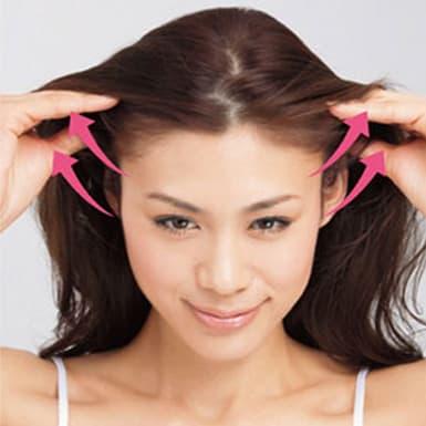 1.頭皮をつまみながら耳から頭頂部へ