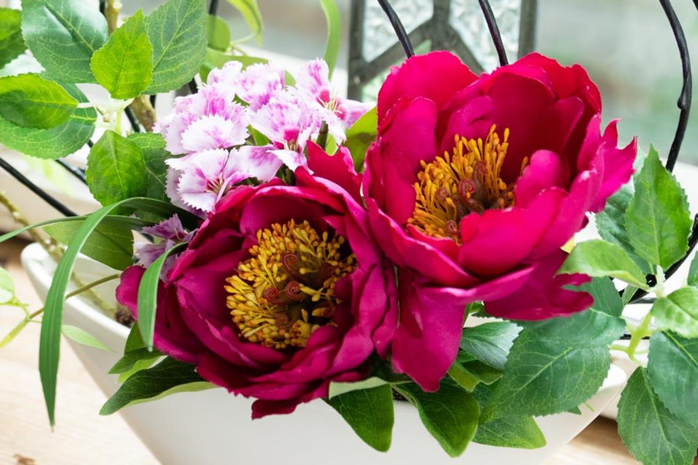 ポリエステルの布で作られた造花。造花に色が付いていると、ほこりが目立たない