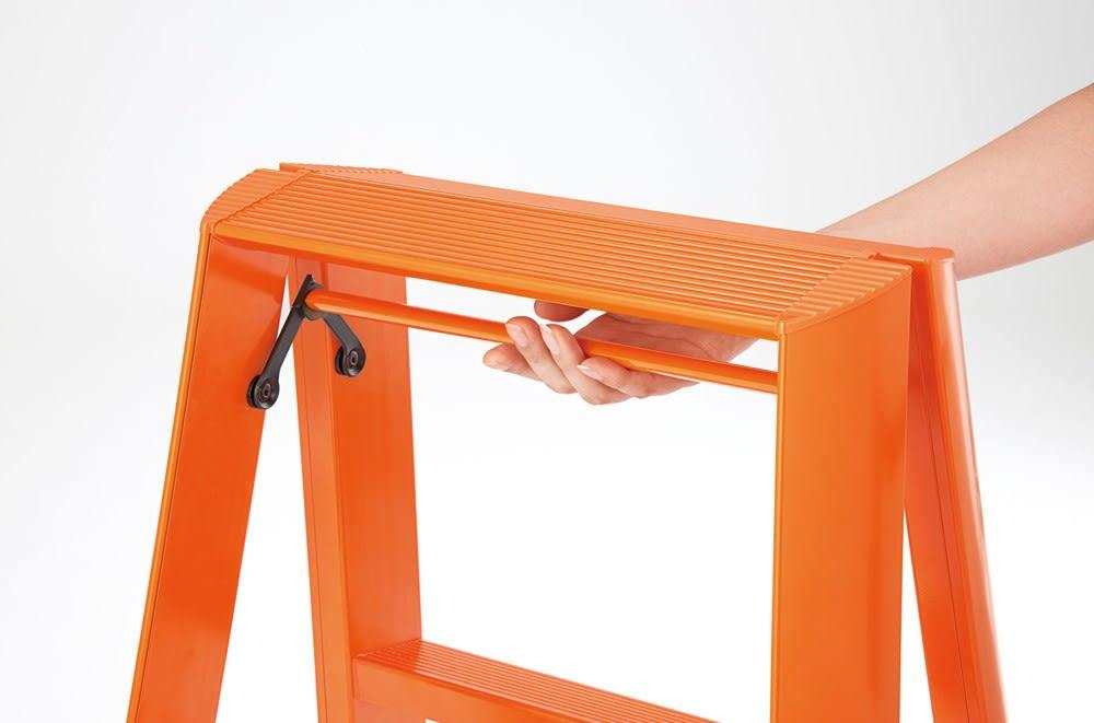 ▲ワンタッチバー。脚を広げると同時にバーを下げることでロック。たたむときは、バーを引き上げるだけなので簡単です。