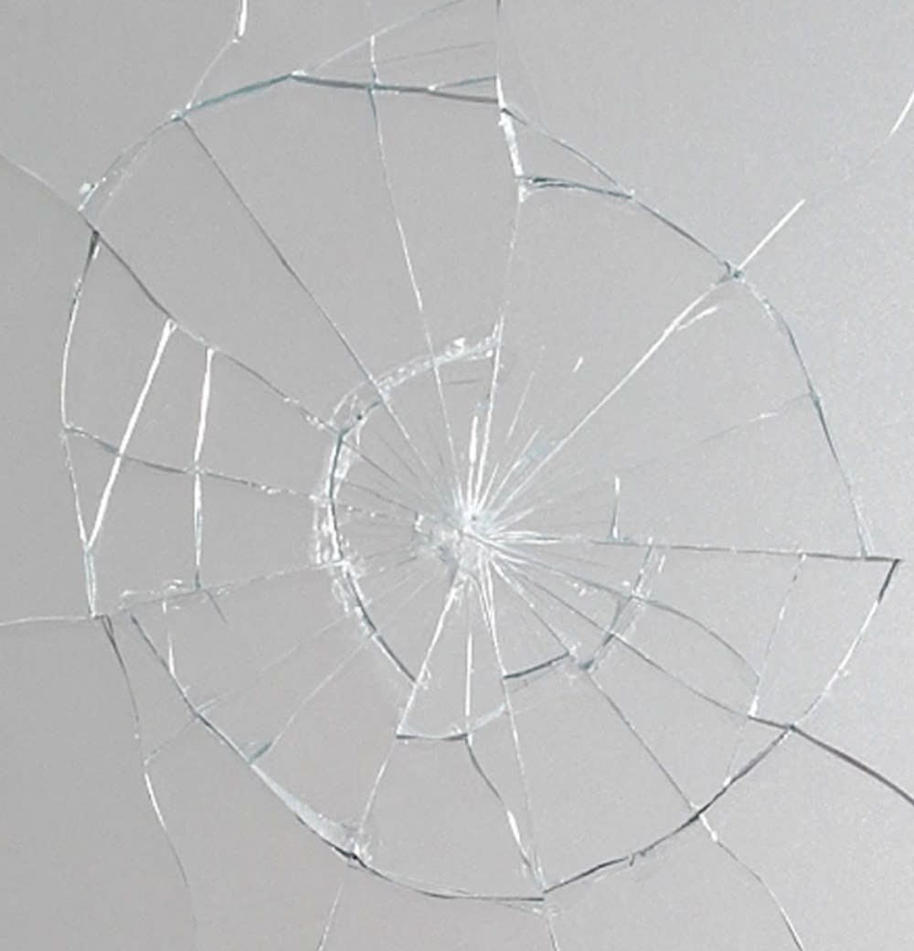 ▲飛散防止ガラスで、いざというときの足元の危険を最小限に。