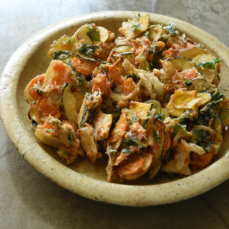 鉄の揚げ鍋で作るいろいろ野菜のかき揚げ