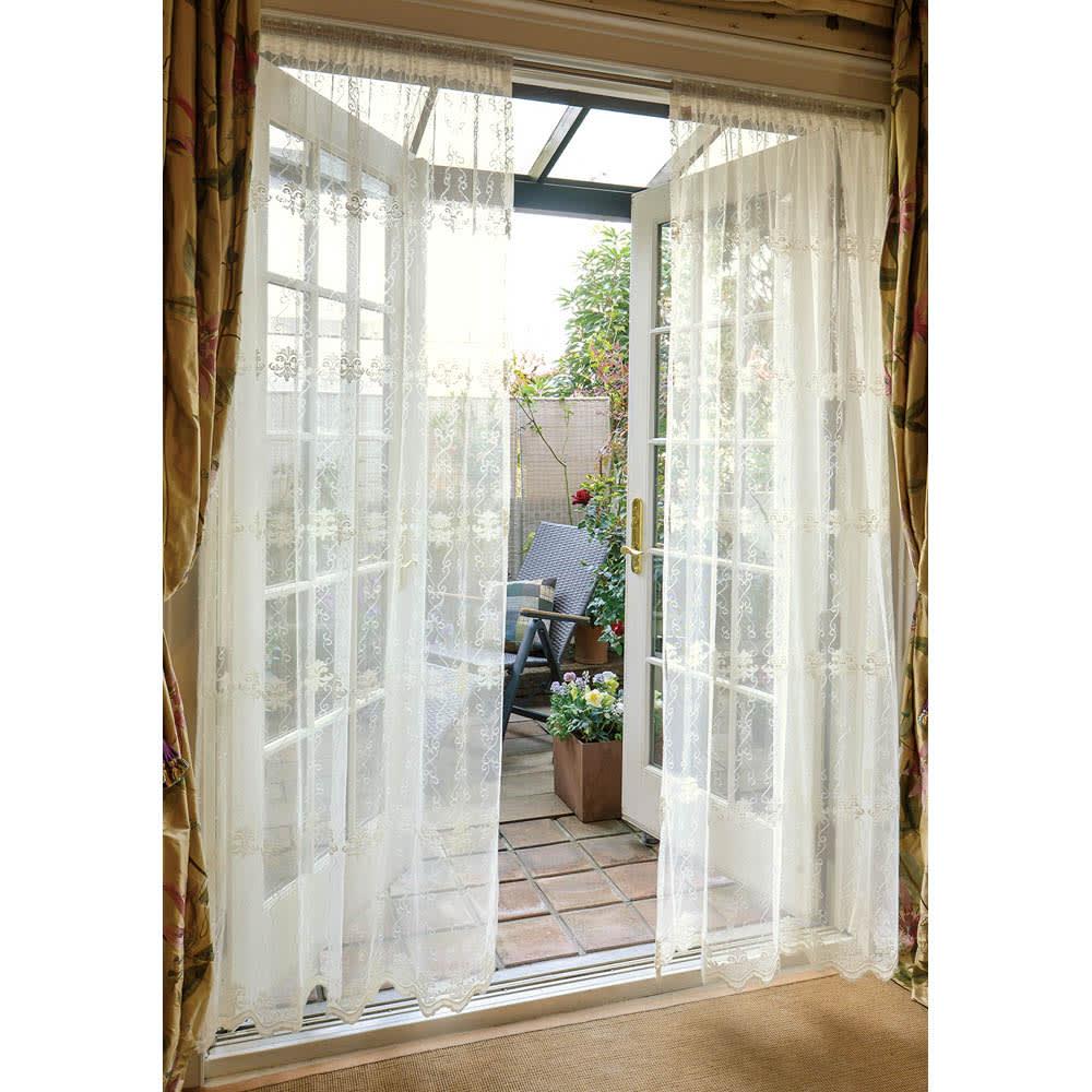 コーディネート②|家と庭をつなぐ窓まわりをカーテンでドレスアップ。窓からの眺めも美しく。