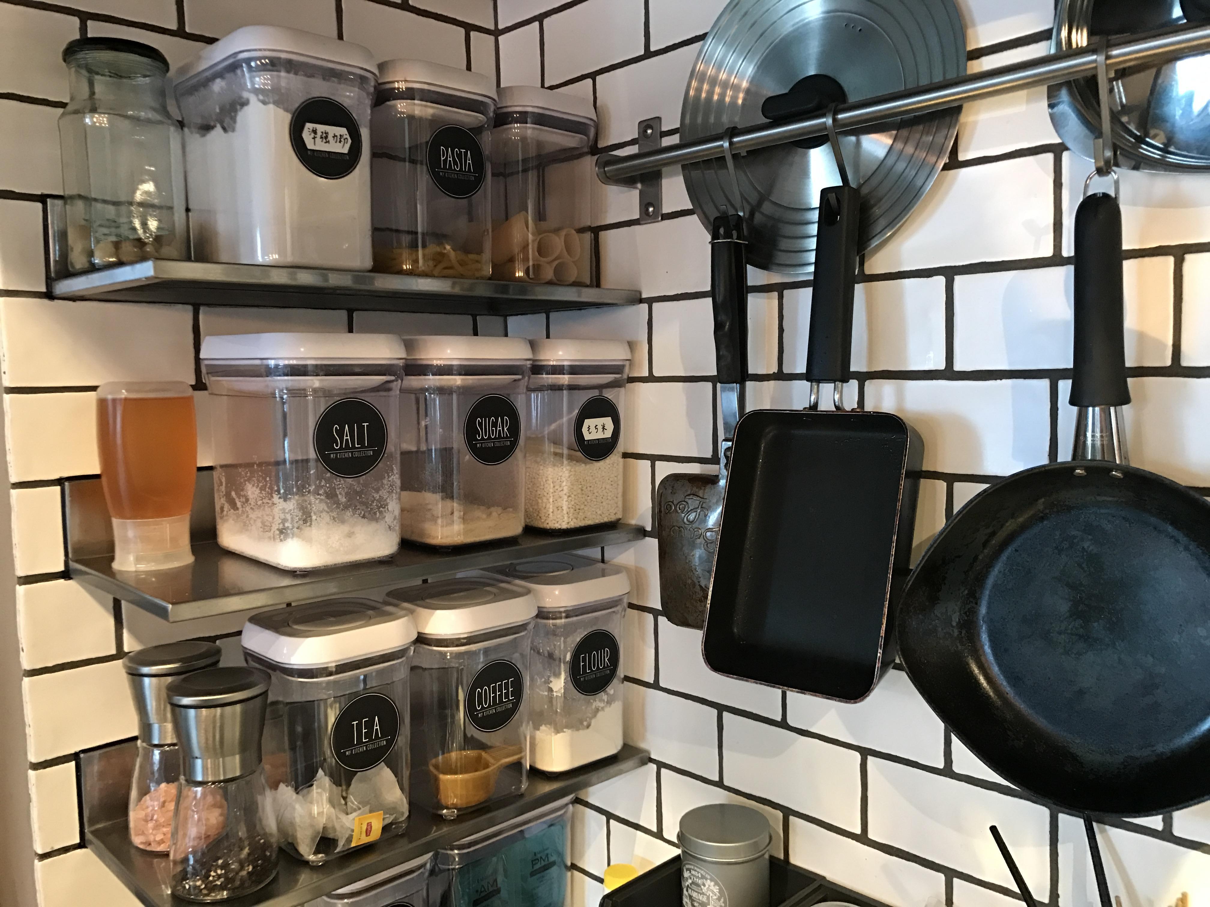 アパレルでディスプレイ担当をしているeiriyさんにキッチンには、OXO(オクソー)のコンテナがいっぱい。計算されたサイズ感は見せる収納におすすめ。