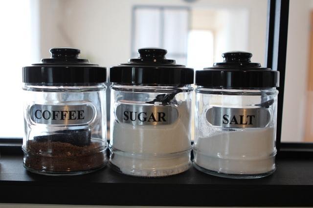 seimiさん宅では、ガラスの保存瓶が調味料入れとして登場。シールを貼っておけば一目でわかりやすく使い勝手も◎。