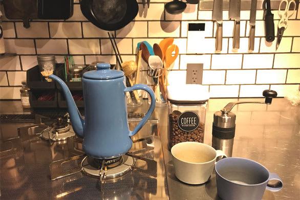 ほっとひと息つきたい時は、手挽きミルでコーヒー豆を挽いて、野田琺瑯(ホーロー)のポットでお湯を沸かして入れるeiriyさん。愛用はブルーのケトルです。