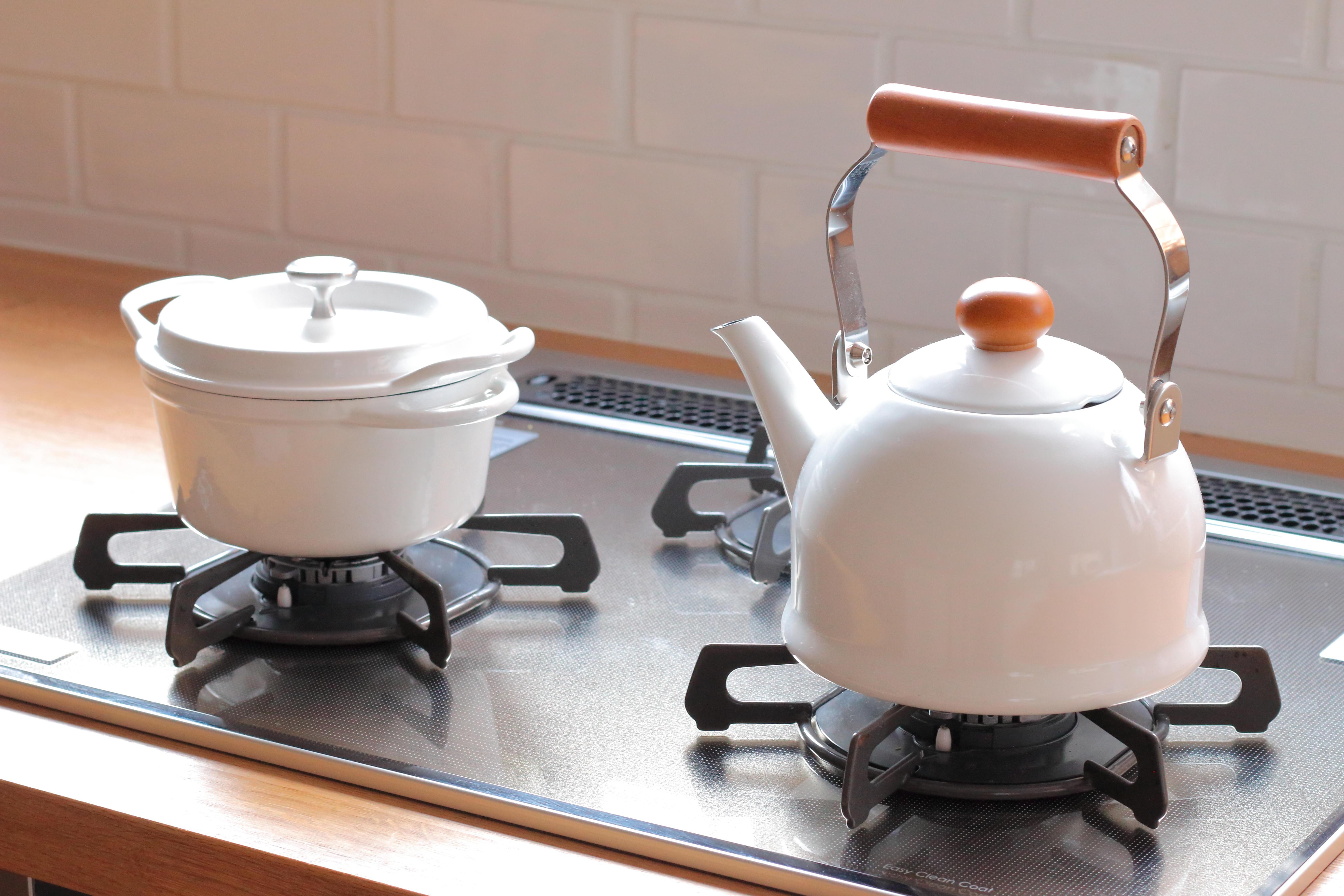 marimoさんのアトリエはカフェのようなキッチン。心地よく癒やされる空間にするために色にこだわっています。彼女の愛用は白のケトル。