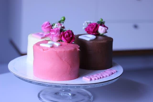 お花で飾ったケーキ