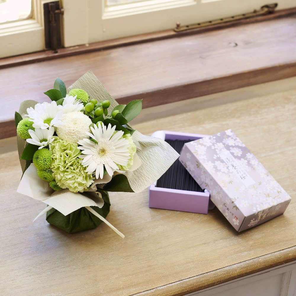 宇野千代のお線香「淡墨の桜」&そのまま飾れるお供えブーケセット<br>5,500円(税込)
