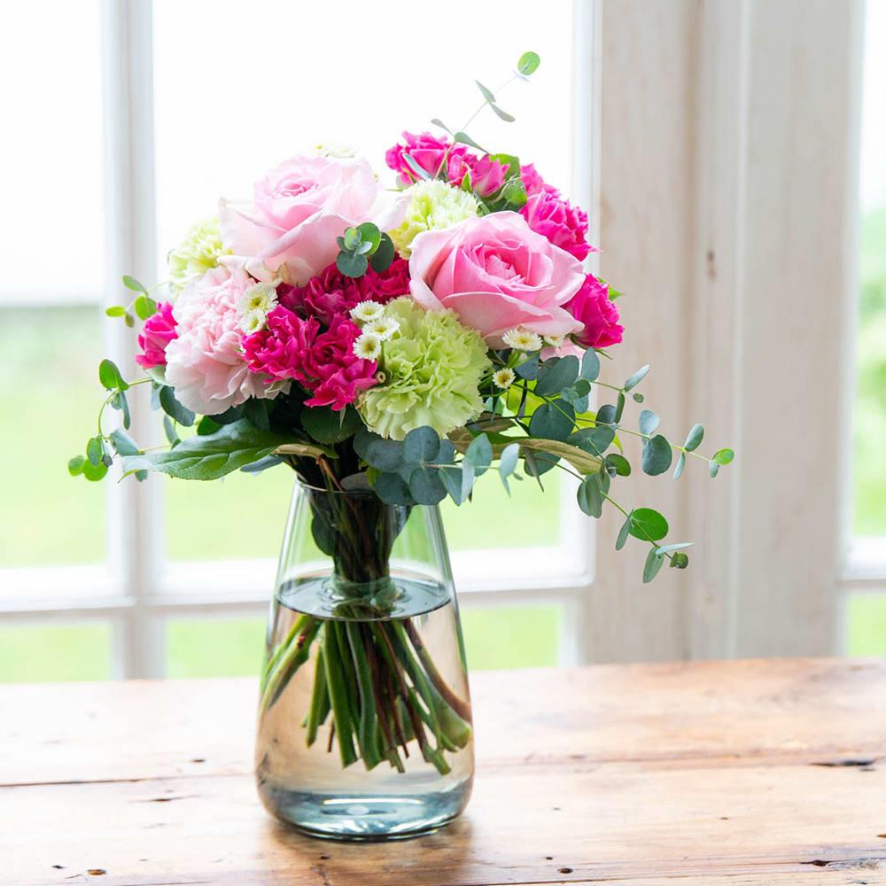ラッピングを外すとそのままセットの花瓶に飾れるサイズ