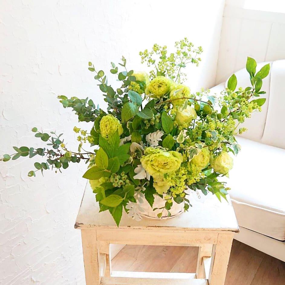 バラとトルコギキョウの爽やかグリーンのアレンジメント<br>5,500円(税込)