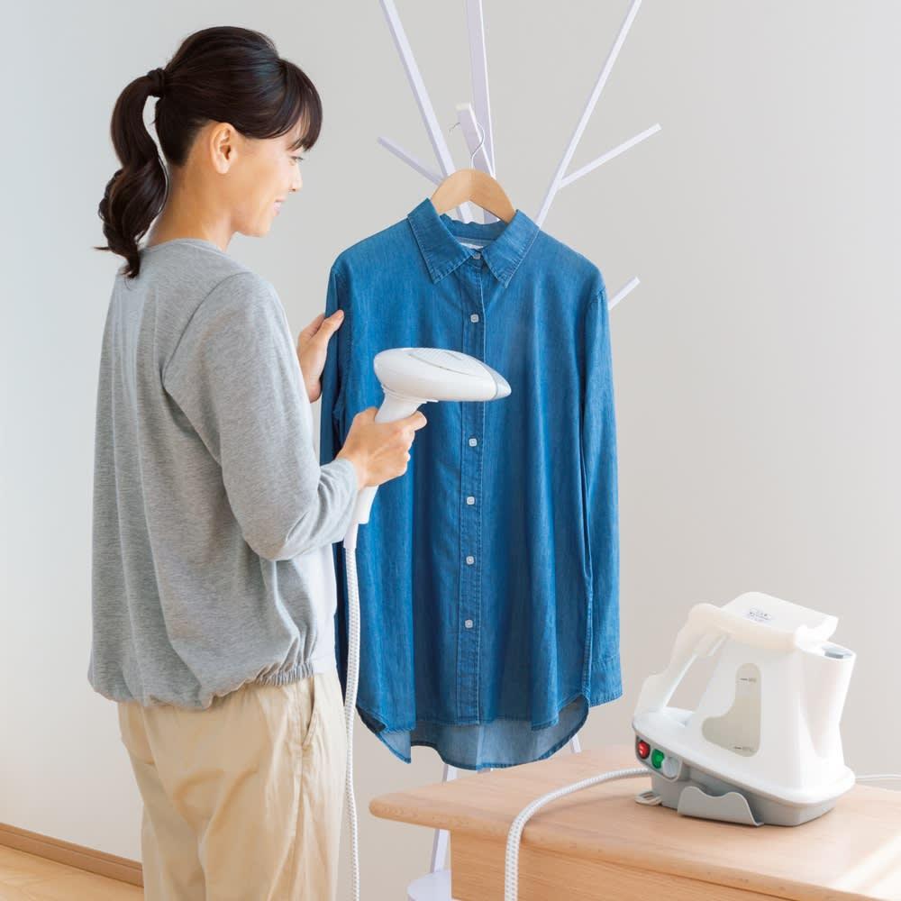 シャツなどをハンガーにかけたままシワ伸ばしできるアイロンももらって嬉しいアイテム。<br /><br />コンエアー ウルトラパワースチーマー