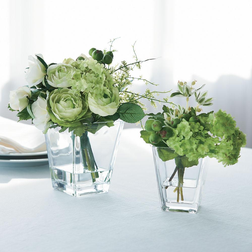 葉植物などのグリーンは欲しい、でも日々の手入れは面倒…。そんな方におすすめ。<br /><br />お得な2個セット(スノーボール&ベリー+ホワイトローズ) (マジックウォーター入りテーブルフラワー)
