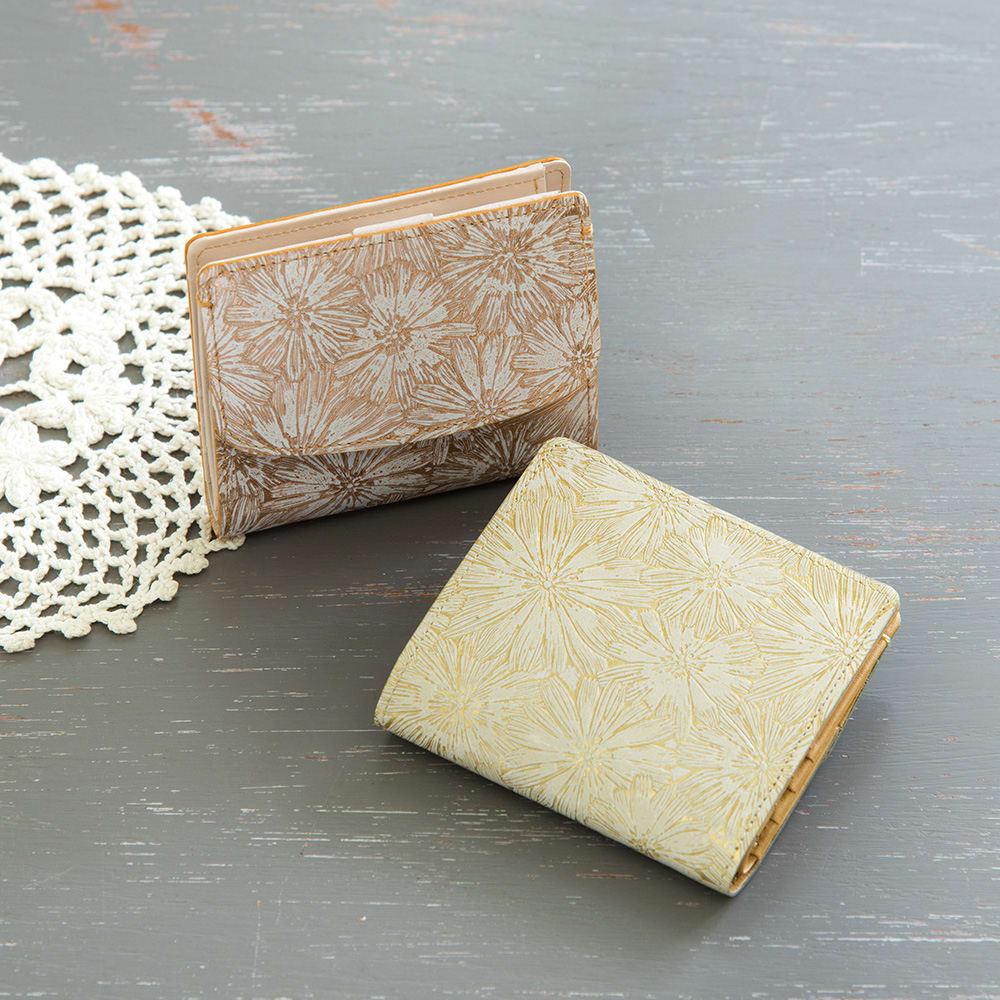 デイジー牛革フラワー型押しエナメル加工 二つ折り財布