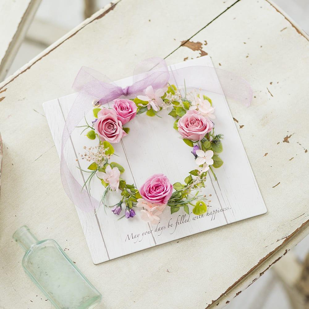 玄関やトイレにお花が飾ってあると、慌ただしい毎日にもホッとする瞬間を与えてくれます。枯れないプリザーブドフラワーは、縁起物としてもオススメ。<br /><br />プリザーブドフラワー「デザインボードリース」(ピンク)