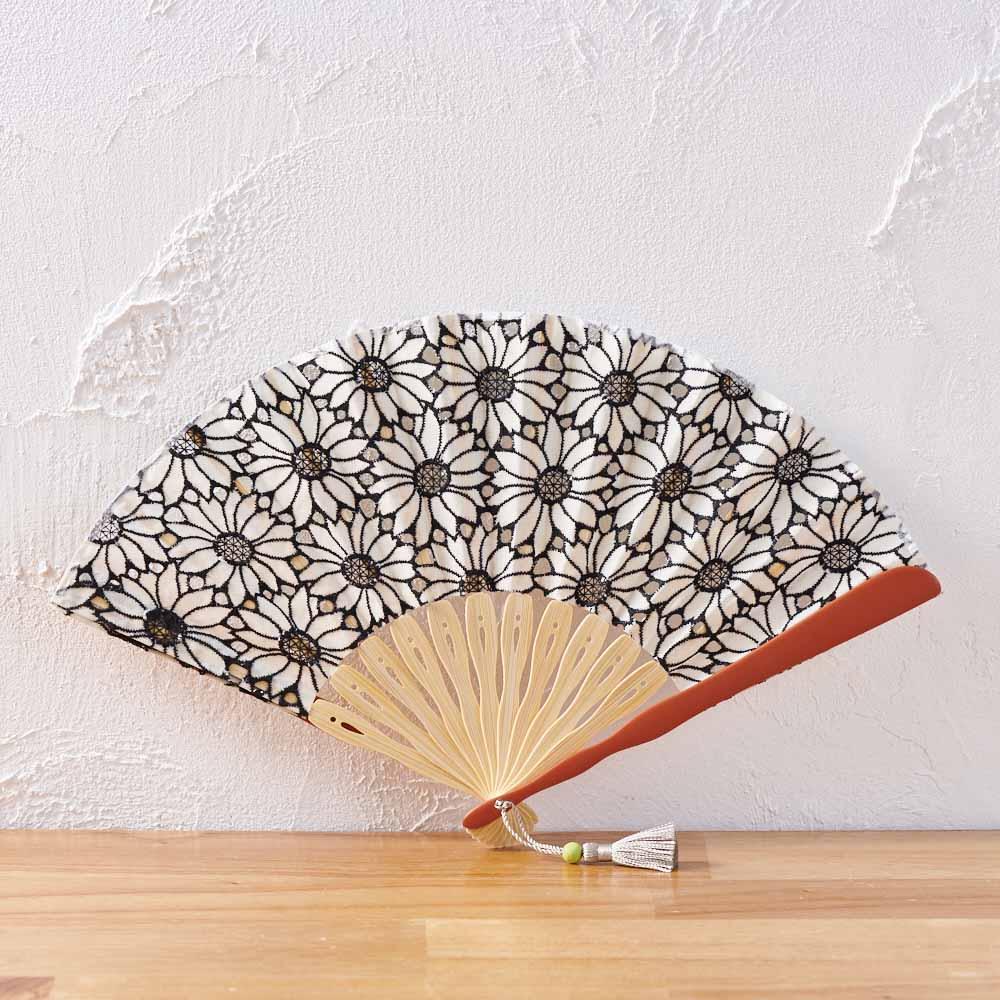 暑さや急な雨にもスマートに対応する友達へ。末広がりの扇子や傘は、明るい未来を予感させる縁起のいい贈り物。さりげなく開運招福を伝えてくれます。<br /><br />白竹堂 コットンレース マーガレット扇子