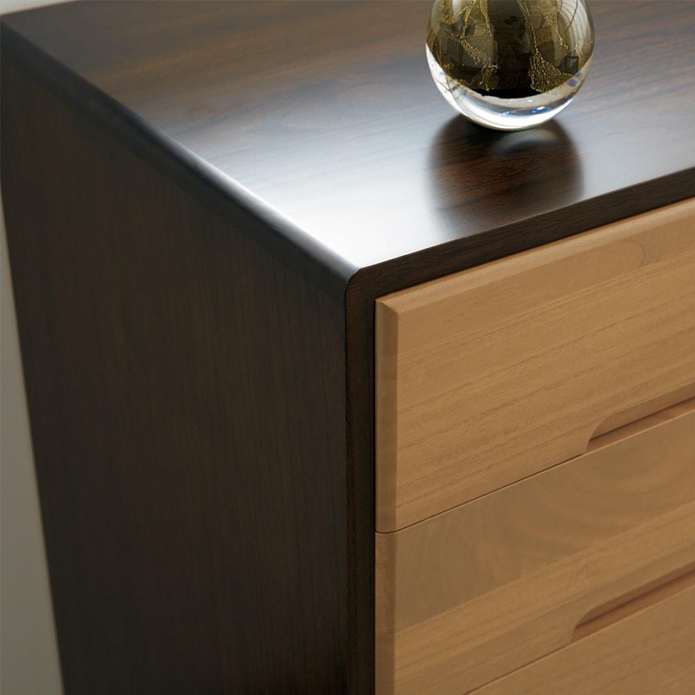 【日本製】総桐モダンクローゼットチェスト 7段 高さ107cm 美しく耐久性のあるウレタン塗装仕上げ。