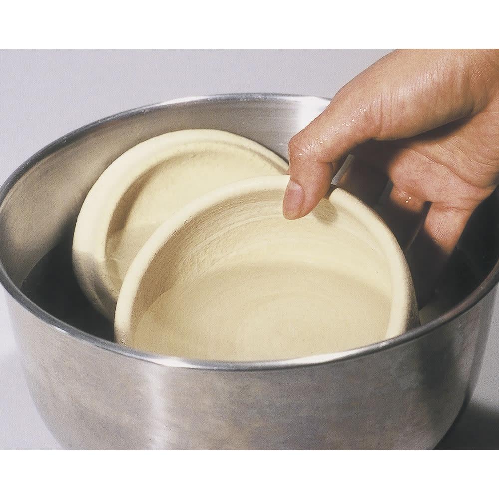 伊賀焼長谷園 陶器のおひつ陶珍 2合用 1 水を張ったボウルに、フタと本体を約1分間浸し、表面の水を拭く。