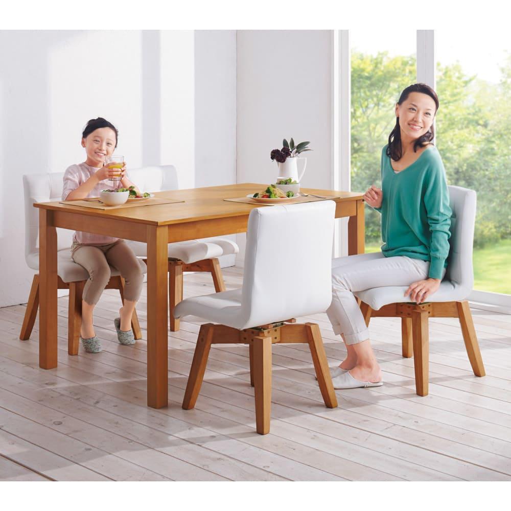 ナチュラルモダン伸長式オーク天然木ダイニングお得な5点セット(伸長式テーブル・幅135・180cm+回転チェア2脚組×2) 使用イメージ≪テーブル通常時幅135cm≫伸長テーブル(幅150・180)+回転チェア4脚でお届けします。