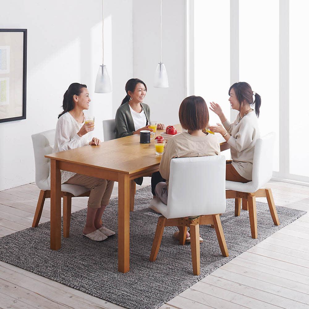 ナチュラルモダン伸長式オーク天然木ダイニングお得な5点セット(伸長式テーブル・幅135・180cm+回転チェア2脚組×2) 回転チェアは体の向きに合わせて座ることができるので、会話が弾みます。