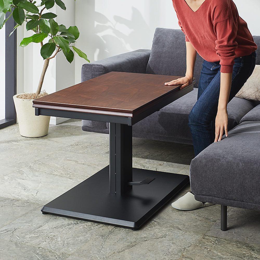 天板が2倍に広がる!昇降バタフライダイニング テーブル・幅90cm 昇降テーブルは1本脚構造なので、ソファ前に置いても立ち座りや出入りがしやすいのがうれしいポイント。