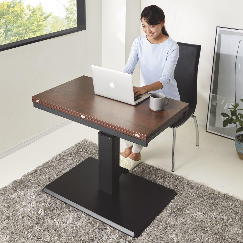 天板が2倍に広がる!昇降バタフライダイニング テーブル・幅90cm (ウ)ダークブラウン(通常時)天板をコンパクトにすれば幅90奥行55cmに。1人用のパソコンテーブルとして活躍。