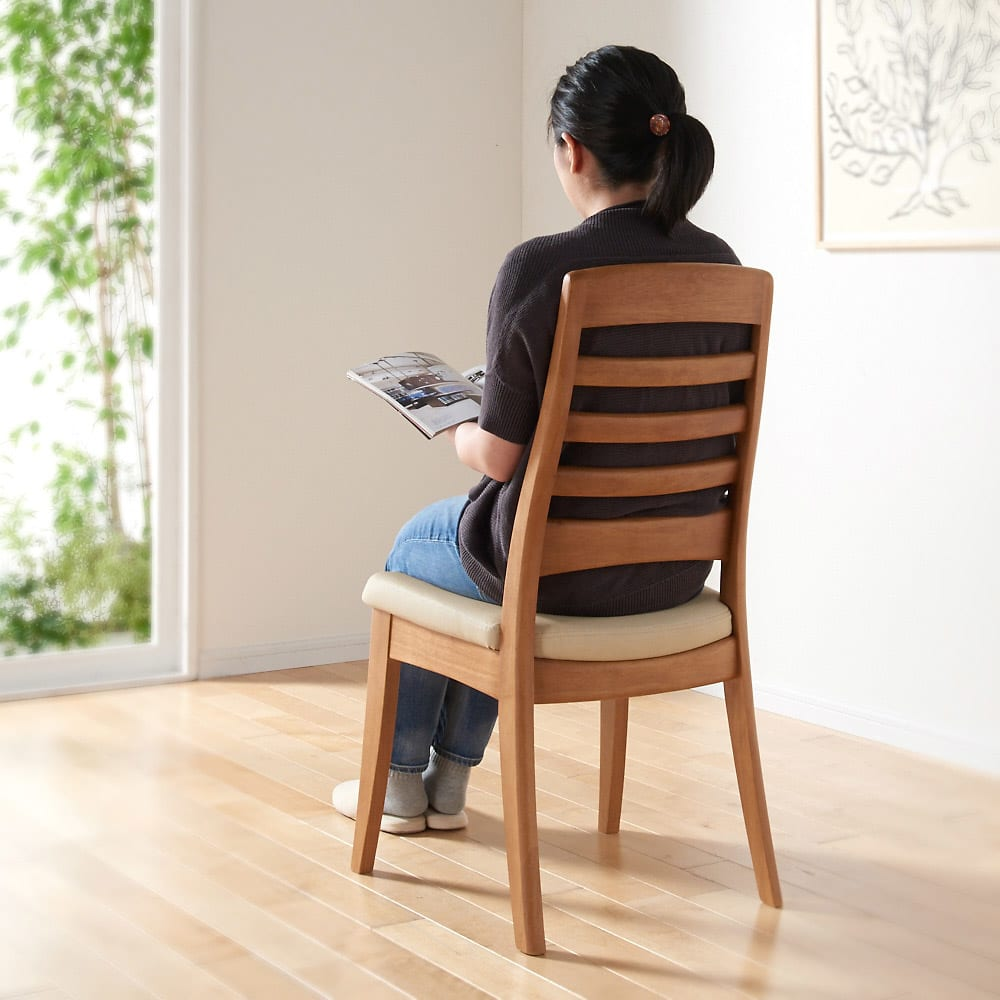 角が丸くて優しい天然木ダイニング チェア 同色2脚組 背面 腰から背中に沿ってなだらかにカーブを描いており体を預けたときのフィット感があります。