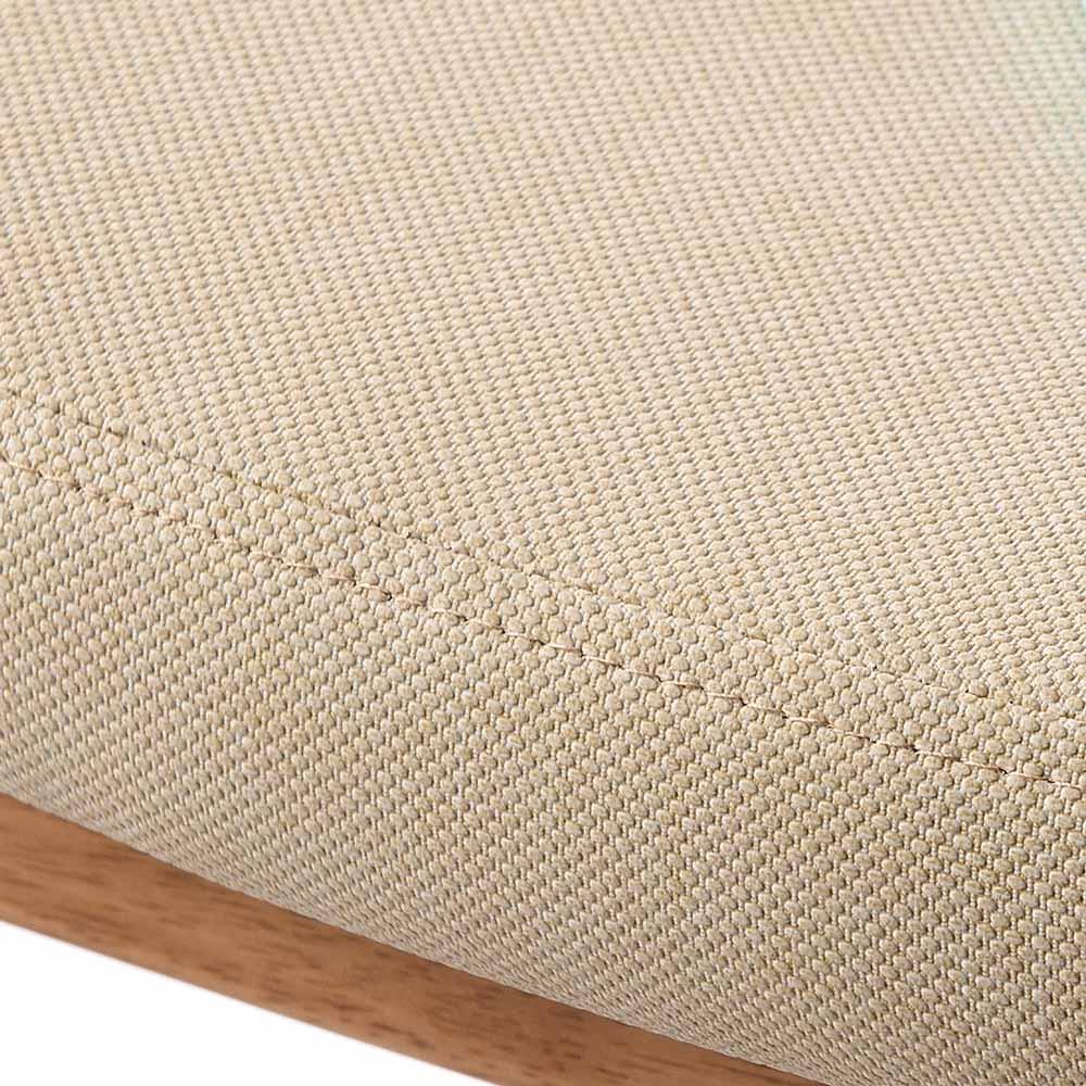 角が丸くて優しい天然木ダイニング 回転アームチェア 座面UP 素材は合成皮革ながら、見た目はまるで生地のような素材感があります。