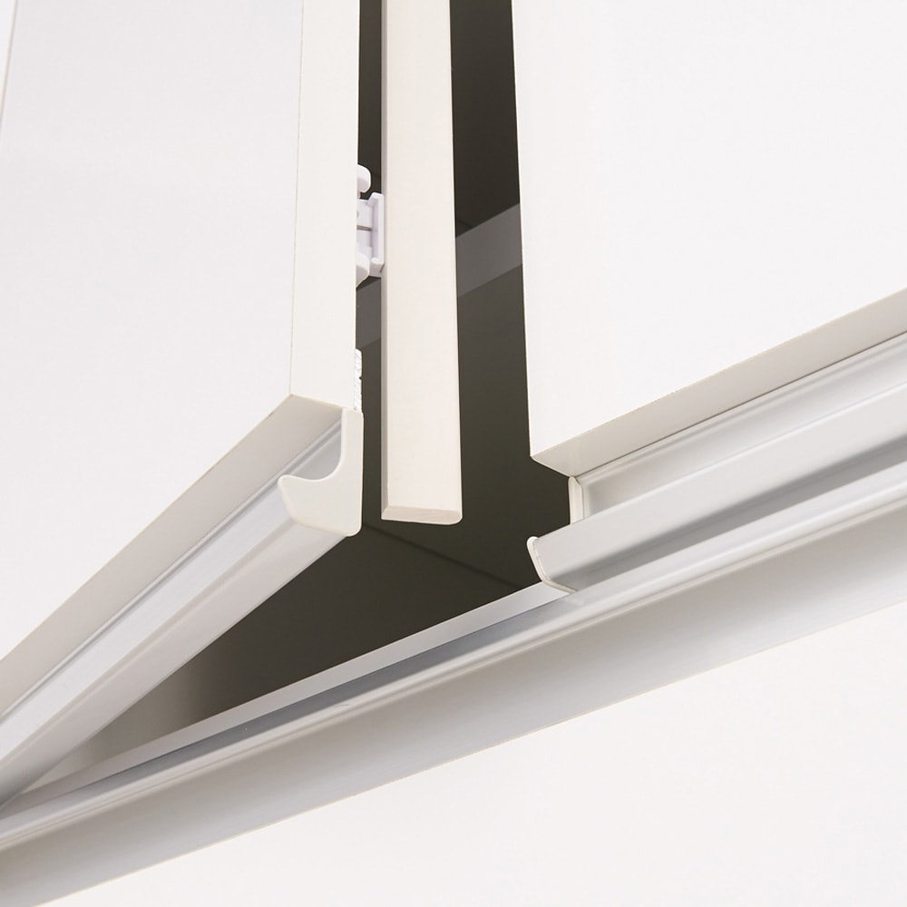 大型レンジがスッキリ隠せるダイニングボードシリーズ 食器棚・幅57.5cm 扉部分には防塵フラップ付き。ホコリの侵入を防ぎ、食器などの収納物を清潔に保ちます。