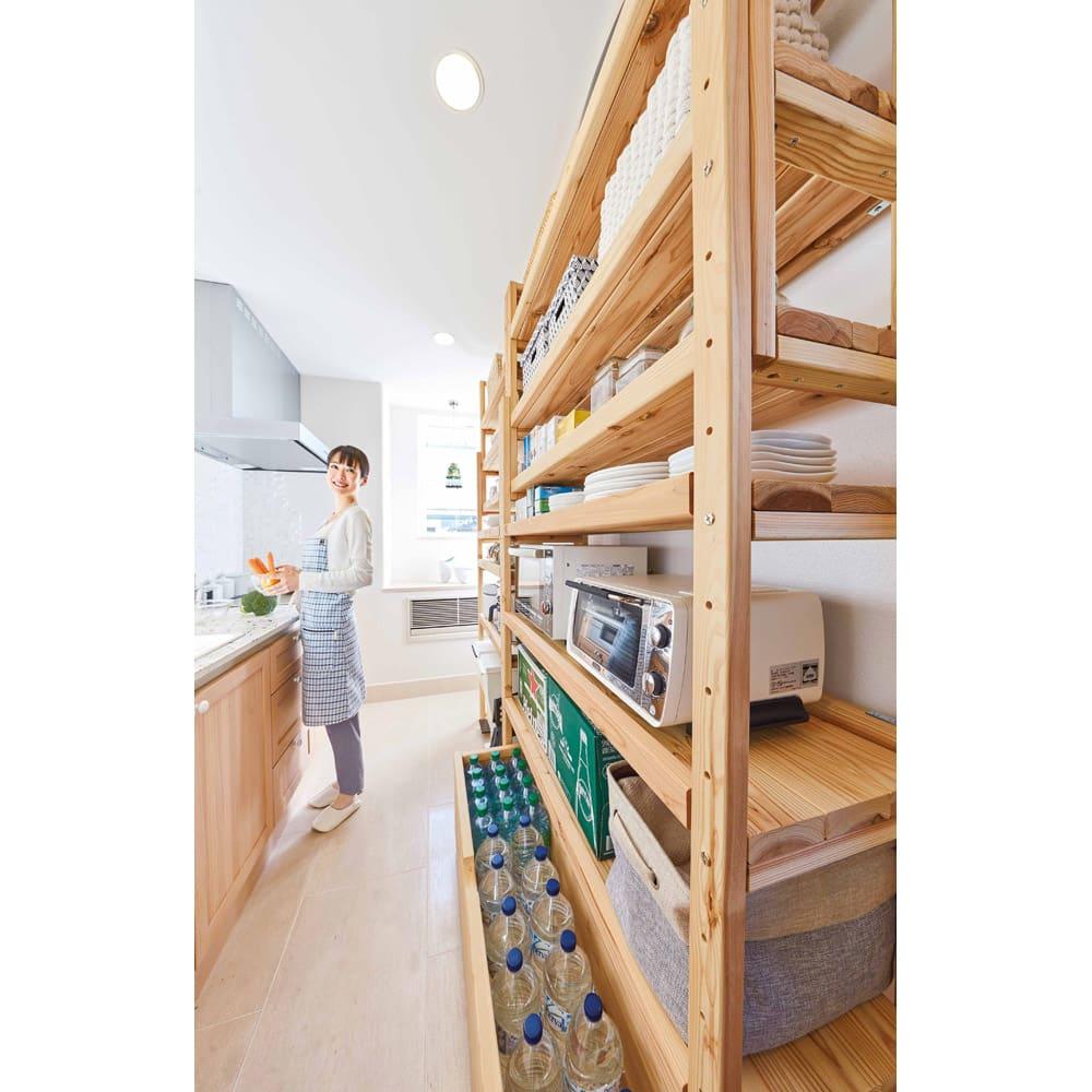 【天井突っ張り対応】国産杉の無垢材キッチン収納 壁面突っ張りラック 幅149cm奥行38cm 天井へしっかり突っ張って固定。天井そばまで無駄なく収納スペースに。