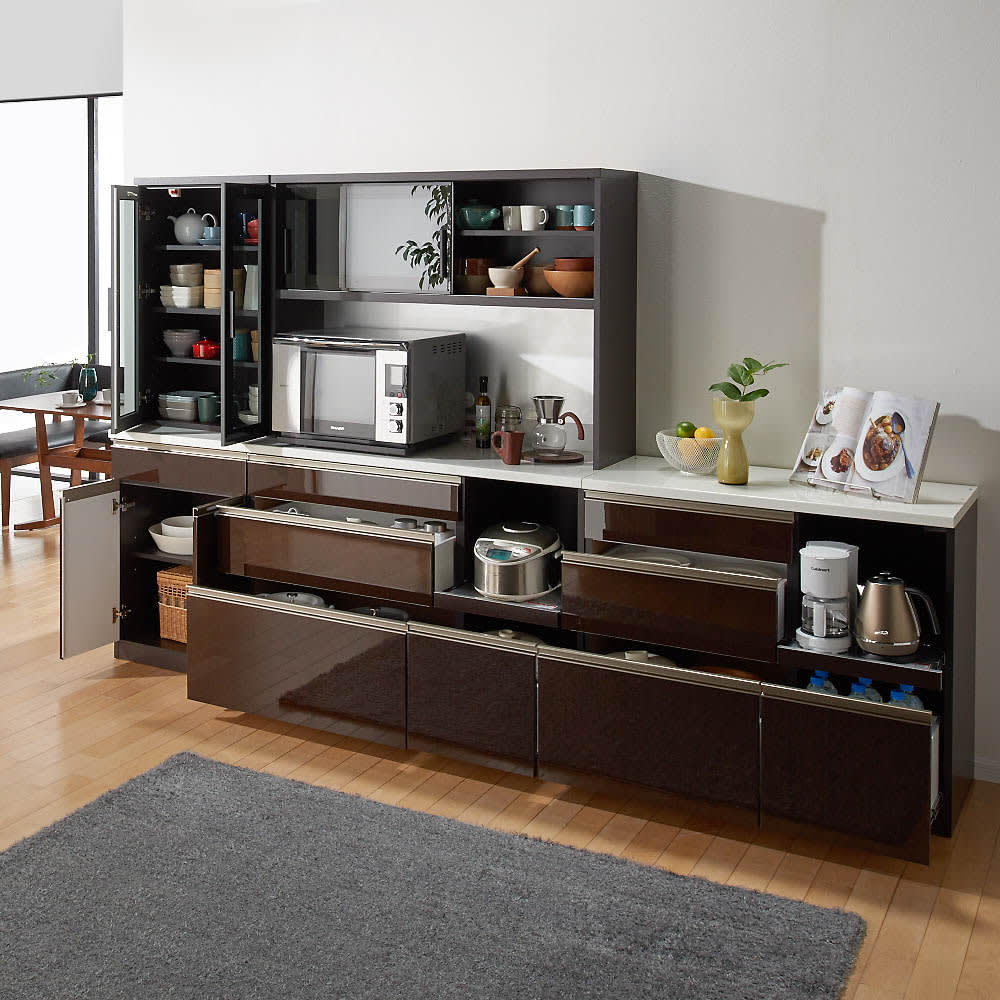 高機能 モダンシックキッチン キッチンボード 幅140奥行51高さ193cm コーディネート例【シリーズ商品使用イメージ】 すっきりとしたデザインながらたっぷりとした収納力でキッチンのあれこれをまとめて。