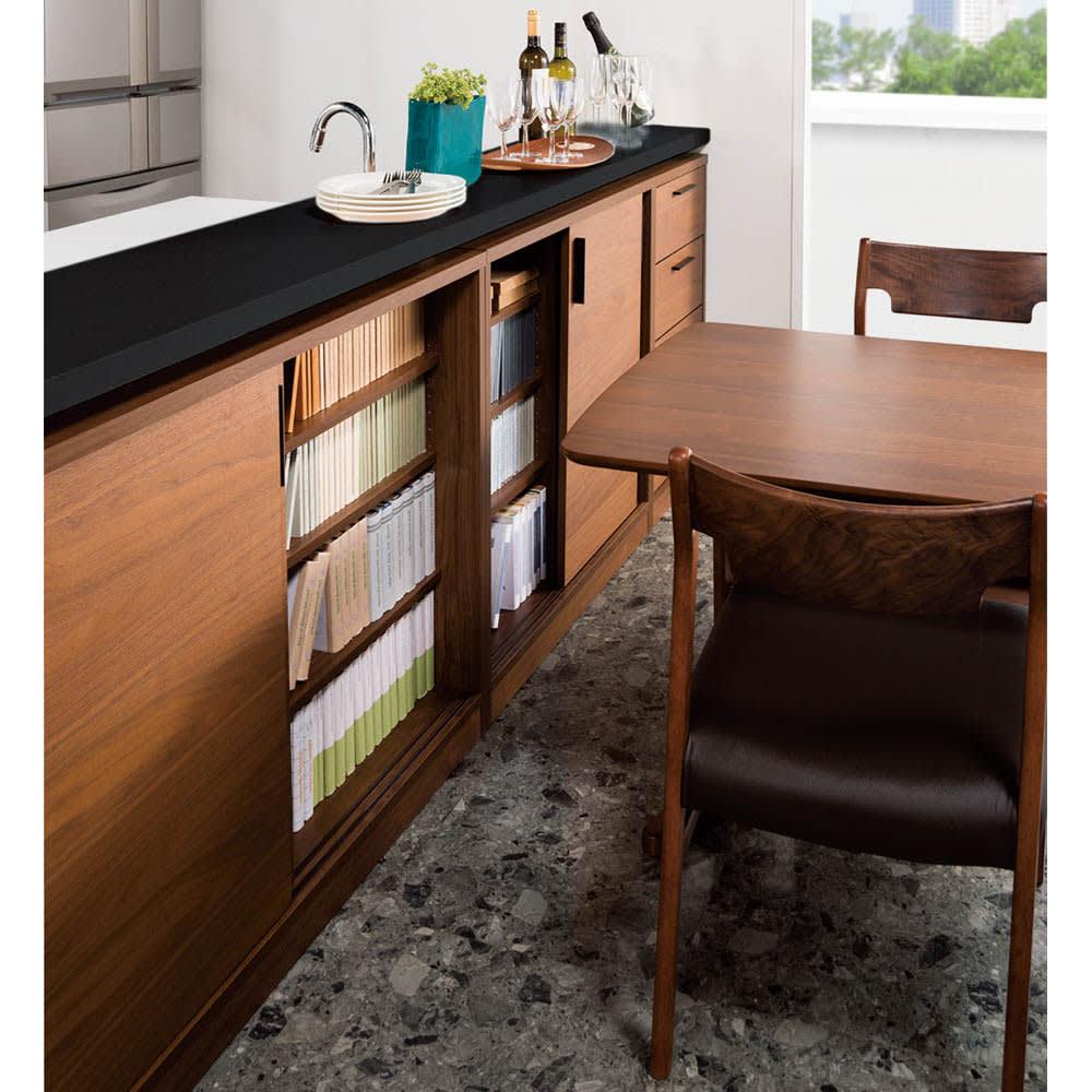 ウォルナットカウンター下収納庫 引き戸 幅90奥行23高さ87cm 狭い場所にもオススメ。テーブルなどをすぐ前に置いても大丈夫なので、インテリアレイアウトの幅が広がります。