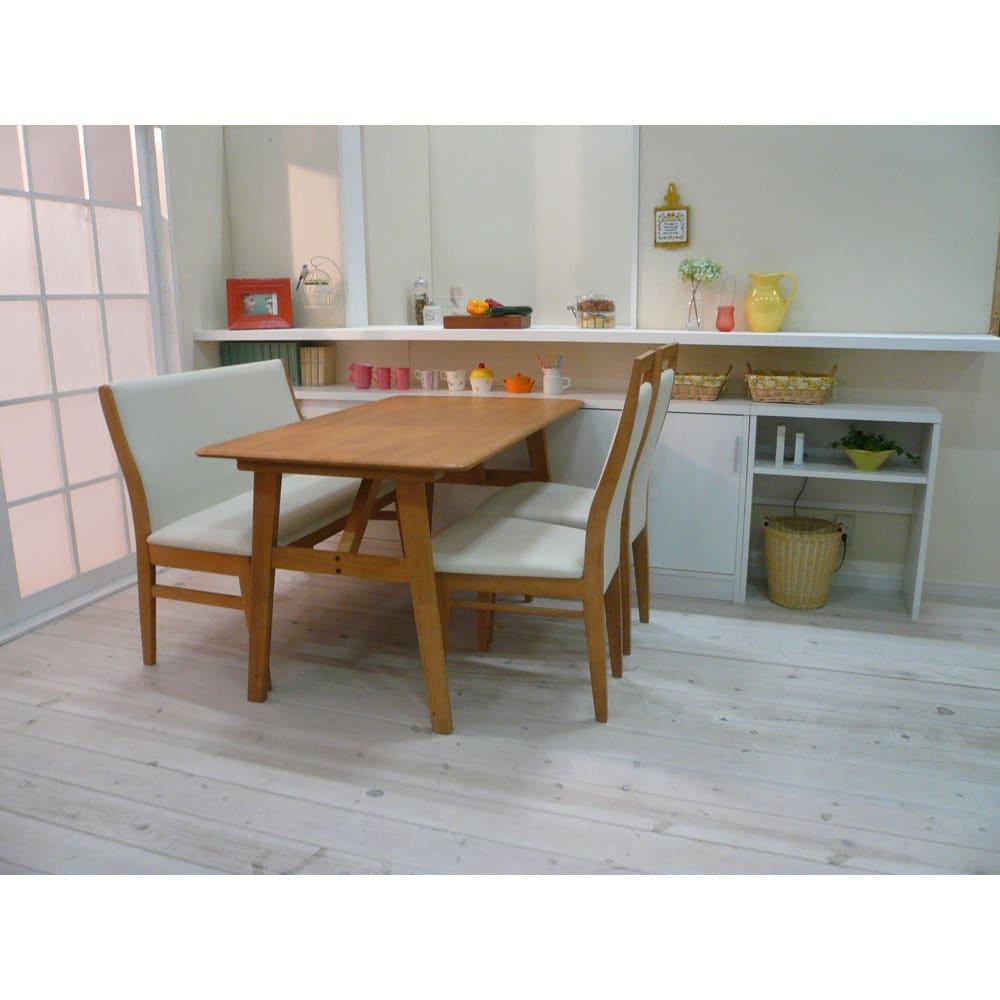 引き戸カウンター下収納庫 奥行23高さ70cmタイプ 収納庫・幅90cm ≪組合せ例≫ 一般的なダイニングテーブルの高さに合わせており、テーブルの延長上でフラットな使い方の提案商品です。 ※写真は奥行29.5cmタイプです。