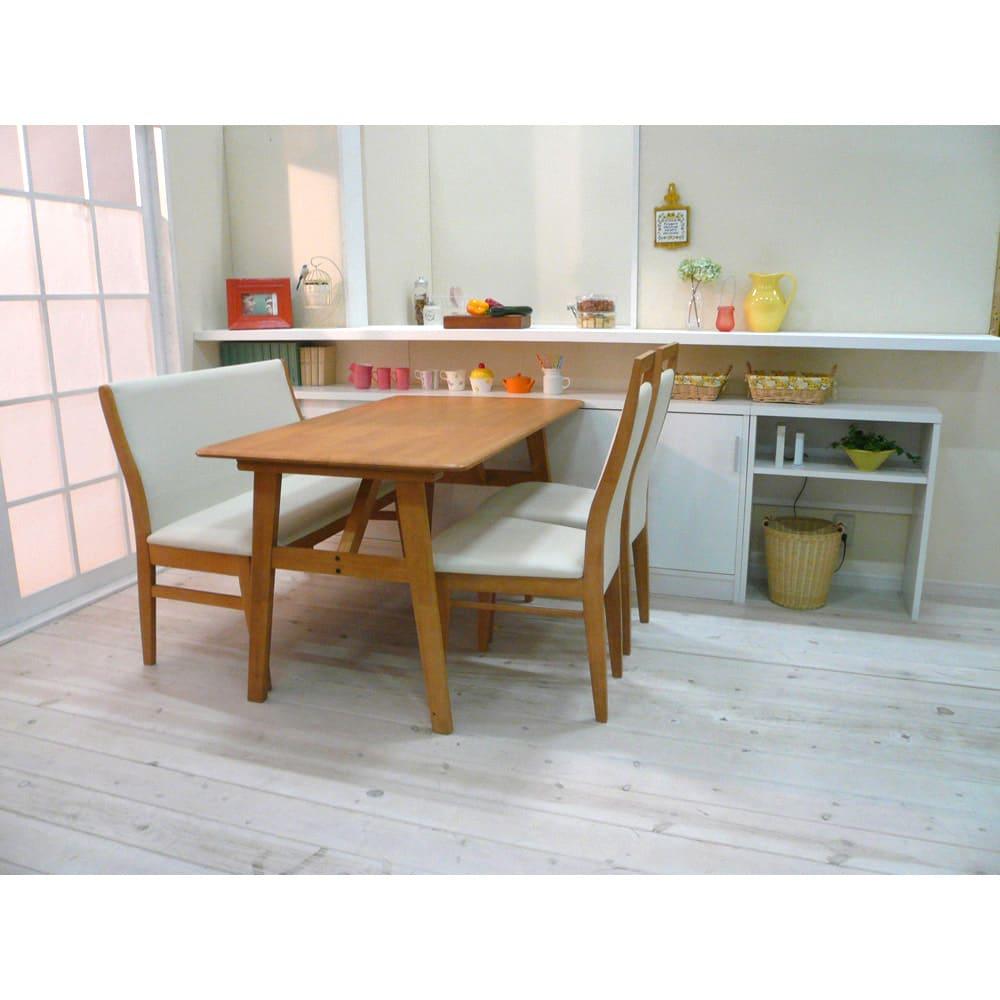 引き戸カウンター下収納庫 奥行29.5高さ70cmタイプ オープンラック・幅59.5cm コーディネート例 一般的なダイニングテーブルの高さに合わせており、テーブルの延長上でフラットな使い方の提案商品です。