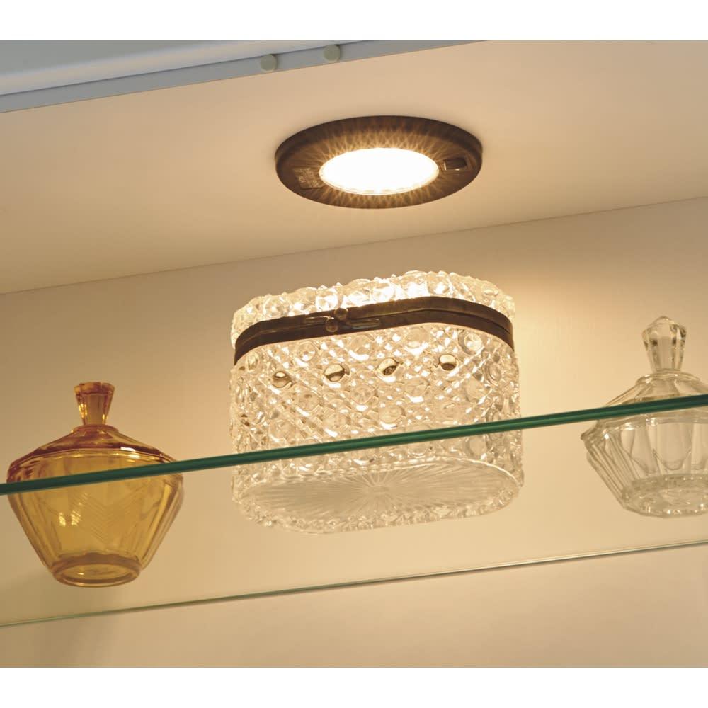 LEDライト付きガラスカウンター 幅119cm(4枚扉) ディスプレイを美しくライトアップするLEDライト。ライト横にはスイッチがついており、点灯も自在です。