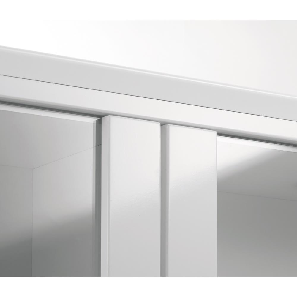 LEDライト付きガラスカウンター 幅139cm(4枚扉) 前面は美しい光沢を放つハイグロスシート仕上げ。