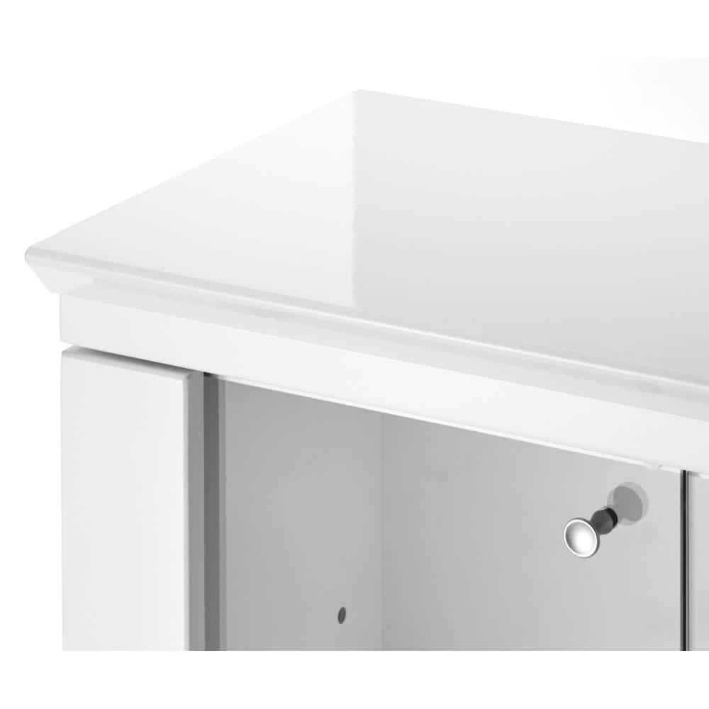 LEDライト付きガラスカウンター 幅139cm(4枚扉) 天板は丁寧なラッピング仕上げで高級感を演出。