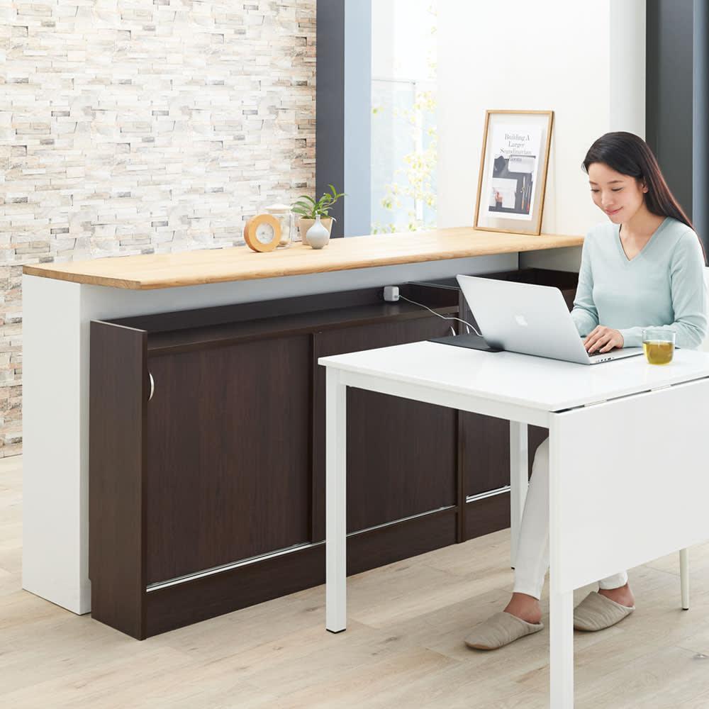 コンセント付き引き戸カウンター下収納庫 幅148cm奥行25cm 引き戸なので、ダイニングテーブル横の狭いスペースでも開閉可能。PCの作業もスムーズです。