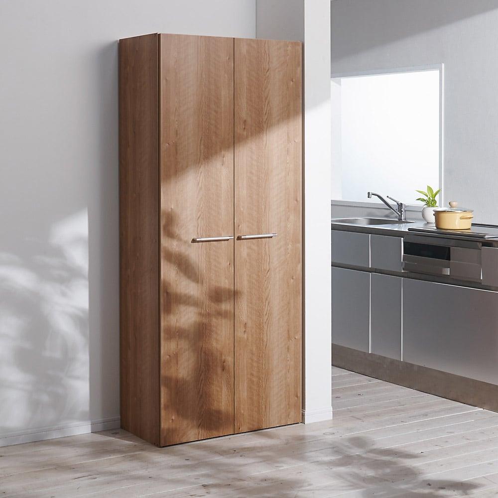 食器からストックまで入るキッチンパントリー収納庫 幅75奥行40cm コーディネート例(ア)ブラウン