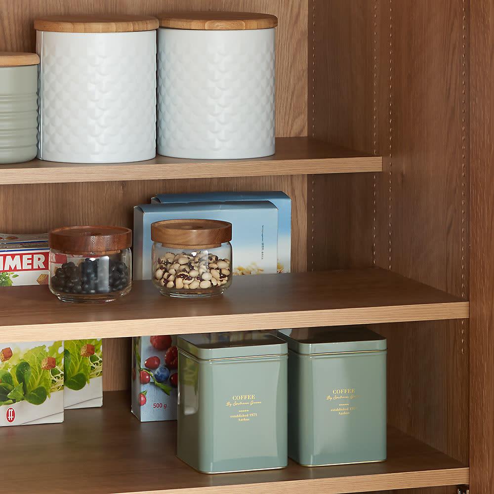食器からストックまで入るキッチンパントリー収納庫 幅75奥行40cm 奥のものが探しやすく取り出しやすいハーフ棚を採用。