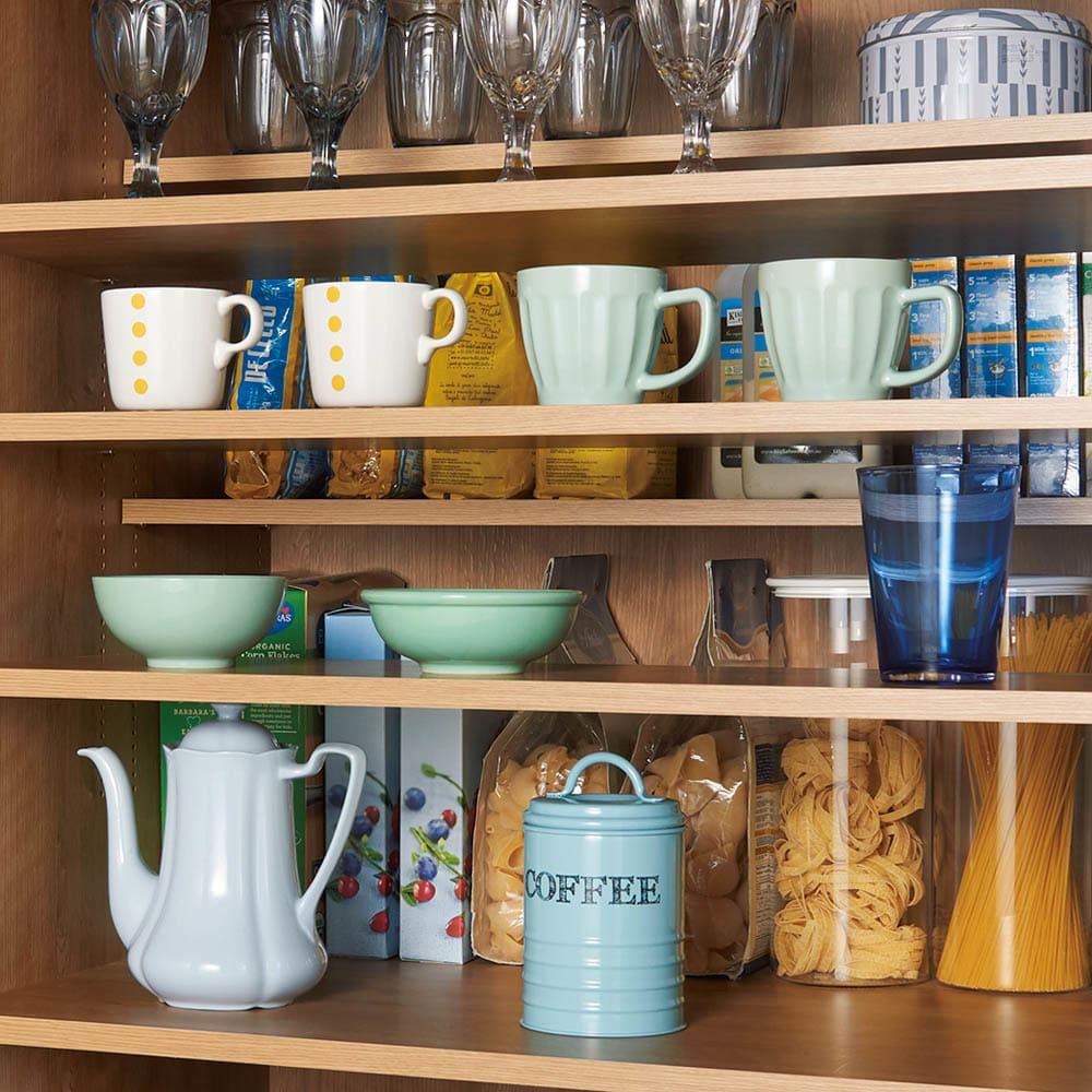 食器からストックまで入るキッチンパントリー収納庫 幅75奥行40cm 上部は小さなものを収納するのに便利なハーフ棚。