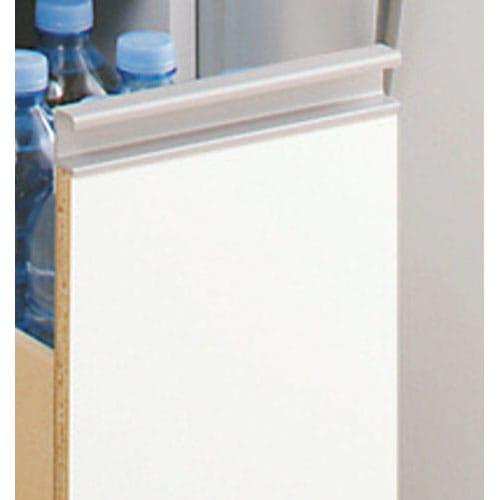 上品な清潔感のあるアクリル扉のキッチンすき間収納 幅20cm・奥行44.5cm 前面はお手入れがラクなポリエステル化粧合板光沢仕上げ。 汚れやすいキッチンではサッと拭けてお手入れラクラク。