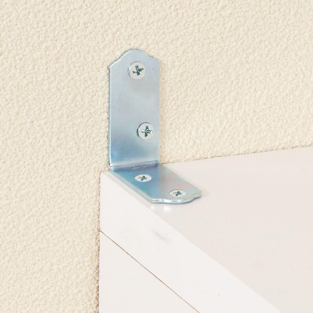 上品な清潔感のあるアクリル扉のキッチンすき間収納 幅20cm・奥行44.5cm 壁面に置く際はパータイプの固定金具でしっかり固定。転倒を防止します。