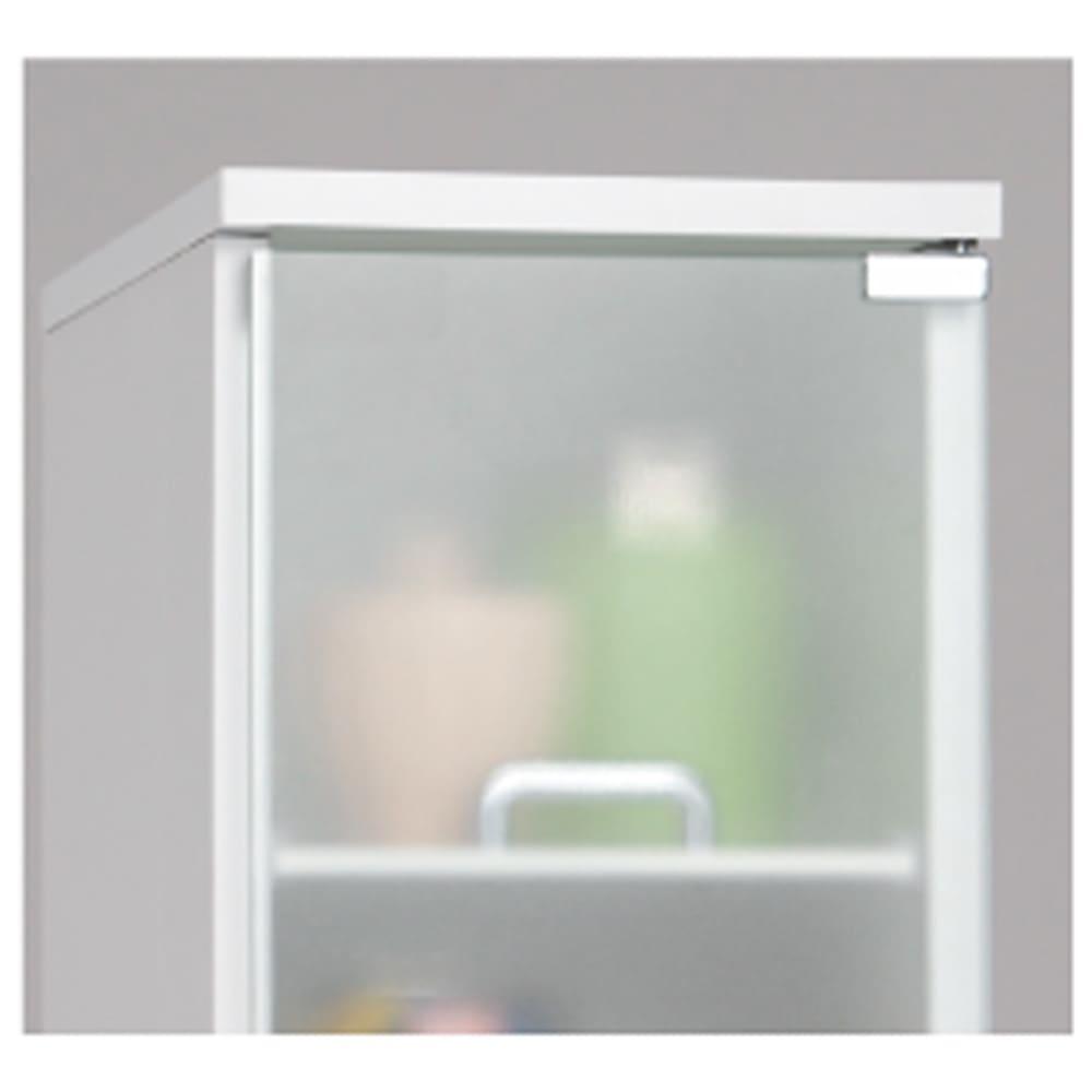 上品な清潔感のあるアクリル扉のキッチンすき間収納 幅25cm・奥行55cm 転倒してきた時でも割れる心配のない、ミストガラス風アクリル扉を採用。