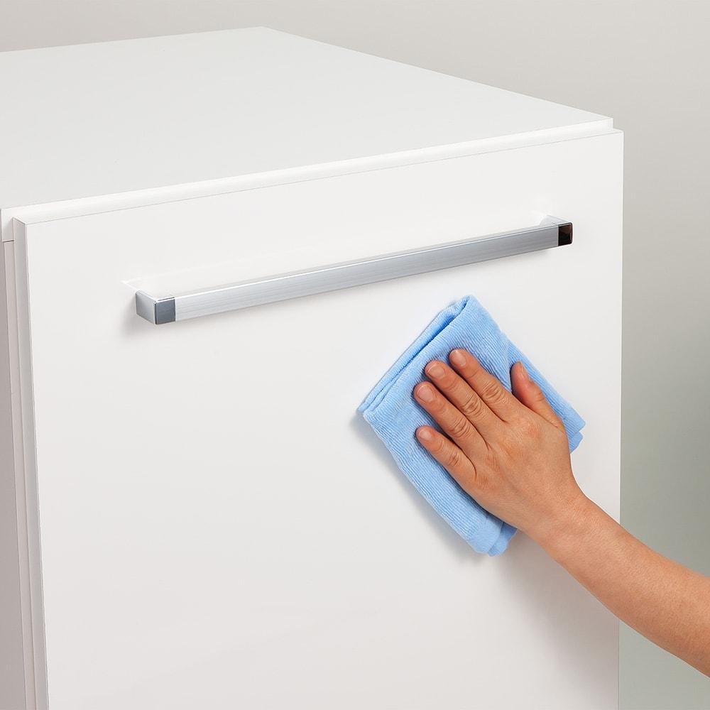 左右どちらからも取り出せる すき間スライド食器棚 ロータイプ 幅45奥行57cm 光沢がある前板は汚れがサッと拭き取れ、お手入れがラクにできます。