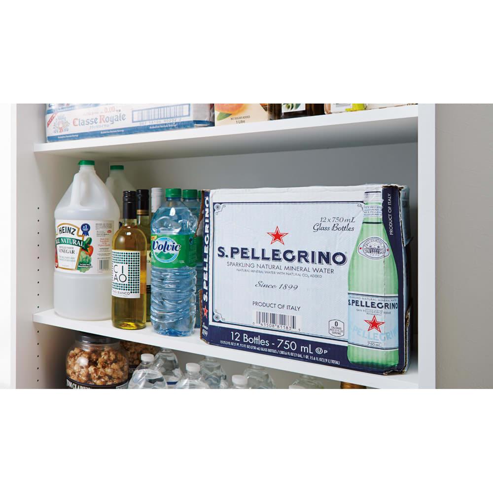 頑丈引き戸キッチンストッカー 幅76cm 棚の奥行内寸は34cm。2Lペットボトル6本入りのケースが箱ごと入るサイズ設計です。