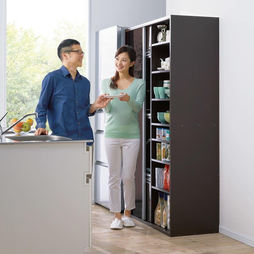引き戸スライド扉で隠せる光沢仕上げキッチン家電収納庫 大型レンジ対応奥行55cmタイプ 狭い場所でも使いやすい「引き戸」。扉の開閉スペースがいらない分、空間を広く使えるから、キッチンで2人で料理する時もスムーズ。