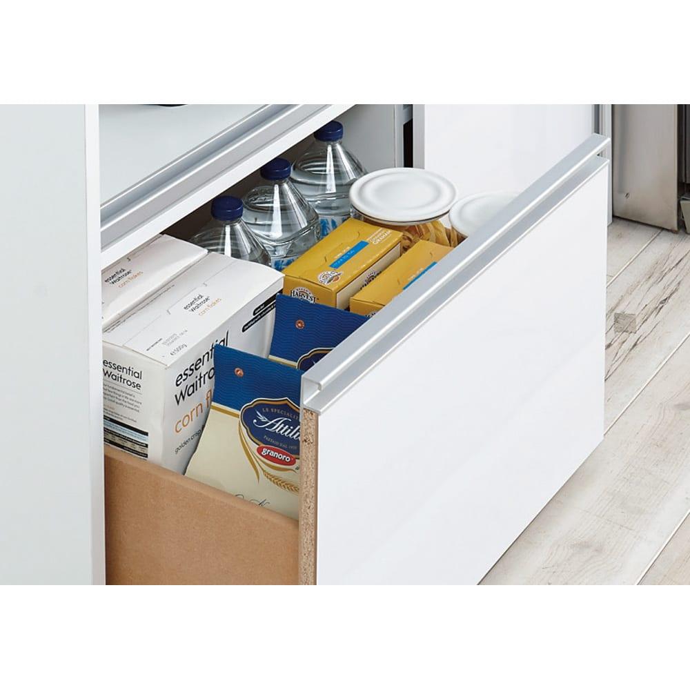 引き戸スライド扉で隠せる光沢仕上げキッチン家電収納庫 大型レンジ対応奥行55cmタイプ 下段引き出しはペットボトルも収納可能。