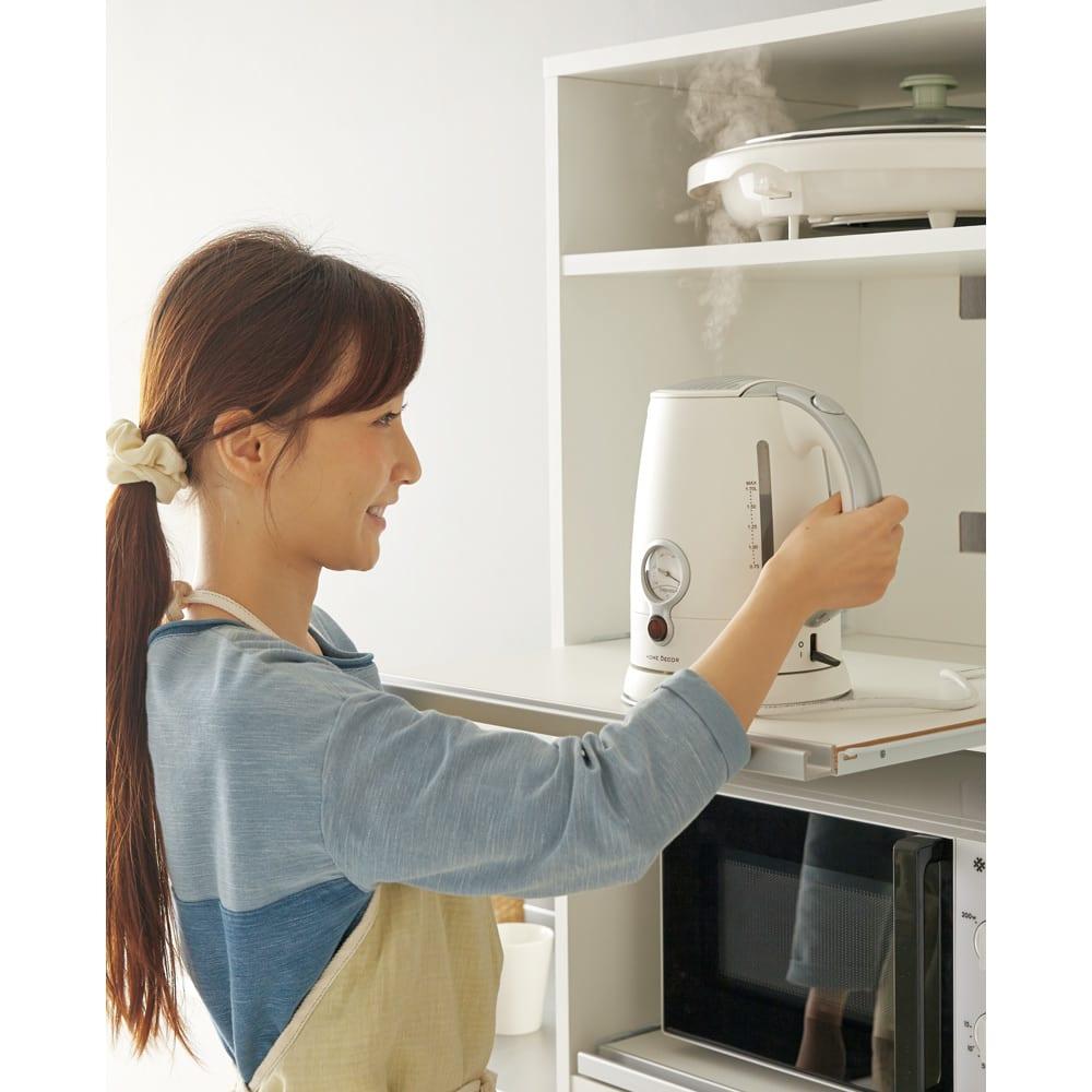 奥行スリム 幅が選べる 省スペース家電収納庫 幅30cm 3段のスライドテーブルを装備。炊飯器やポット、電気ケトルなど蒸気の出る家電もテーブルをサッと引き出して手軽に使えます。
